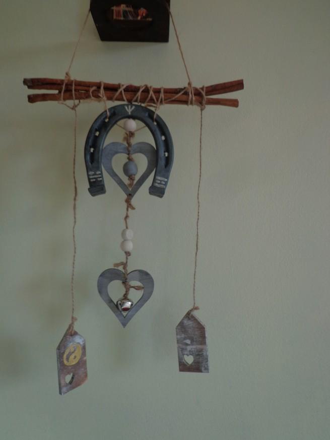 Фън Шуй Академия предлага изработване на специални индивидуални амулети и талисмани. Тяхното създаване е съобразено изцяло с нуждите на клиента. Те могат да бъдат за закрила и защита или за активация на даден житейски аспект - здраве, пари, любов, деца. Амулетите и талисманите по Фън Шуй са изработени изцяло от естествени материали като дърво, метал, полускъпоценни камъни.  Допълнително са заредени с Прана енергия и Прабългарски наричания.  Цените започват от 60 лв. и се калкулират в зависимост от големината и значението на амулета или талисмана.  Фън Шуй Академия Мариана Илиева - Мръвкова, енерготерапевт